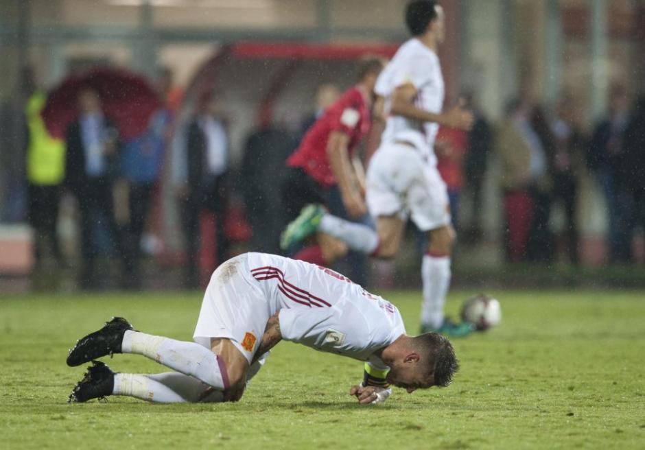 El defensor lució preocupado tras sufrir la lesión. (Foto: Twitter)
