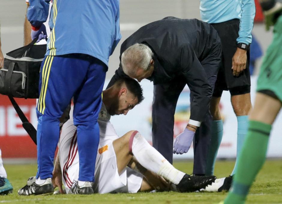 """Ramos sintió un fuerte dolor y fue atendido por el cuerpo médico de """"La Roja"""". (Foto: Twitter)"""