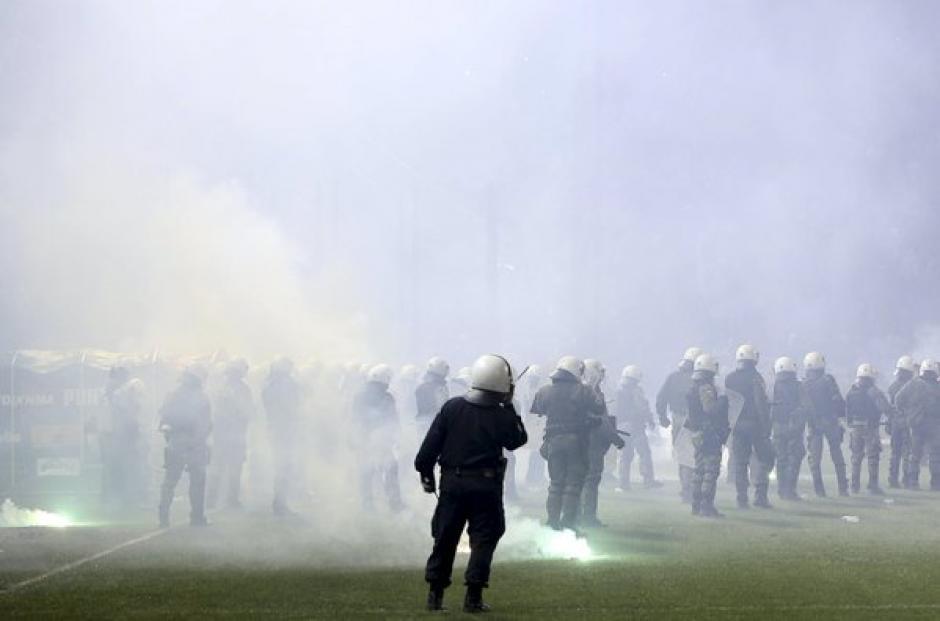 Cientos de policías debieron enfrentarse a seguidores del cuadro local.