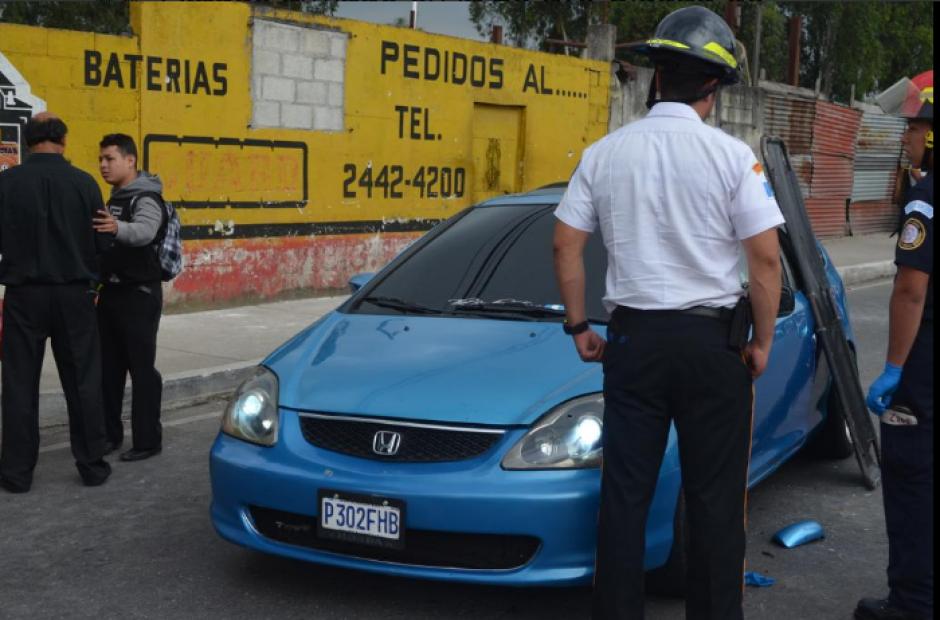 El ataque iba dirigido al conductor de este vehículo y los heridos fueron alcanzados por balas perdidas. (Foto: Twitter/@BVoluntariosGT )