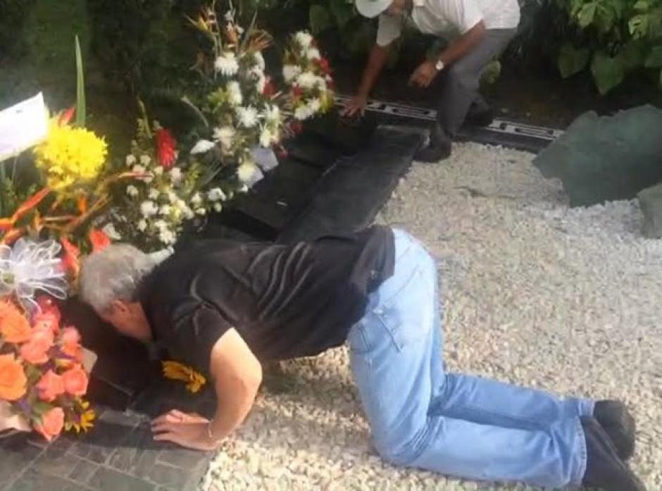 Popeye visita tumba de Pablo Escobar foto 01