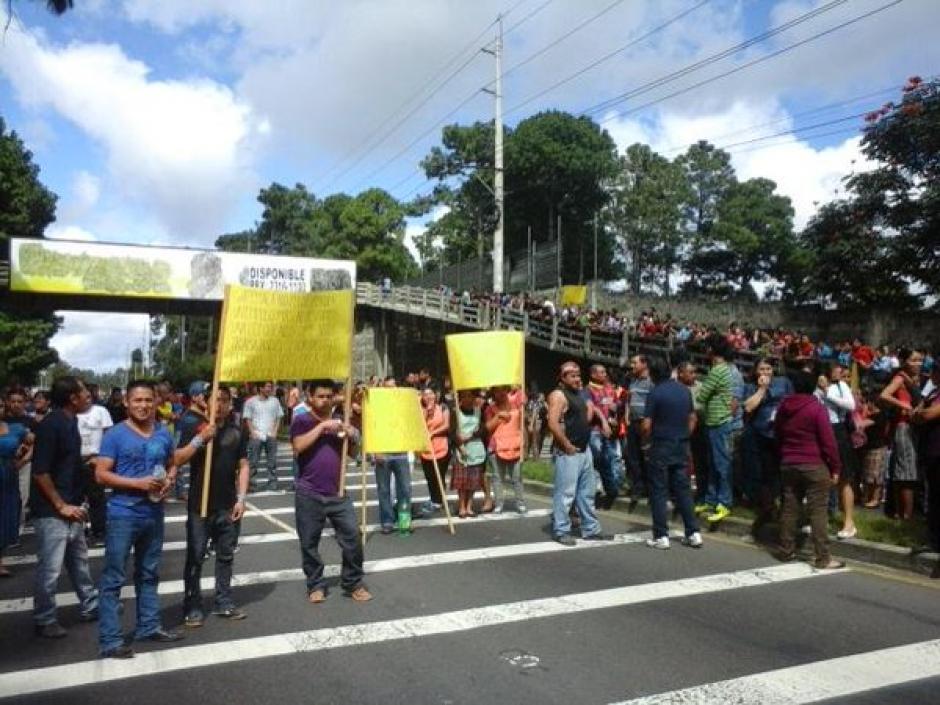 La ruta Interamericana fue bloqueada por un grupo de empleados que también solicita la aprobación de la iniciativa 5007. (Foto Twitter/@johndeividcho)