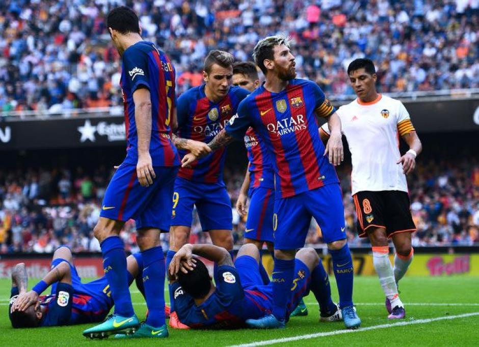 Neymar y Suárez recibieron golpes en la cabeza por objetos lanzados desde las gradas. (Foto: Twitter)