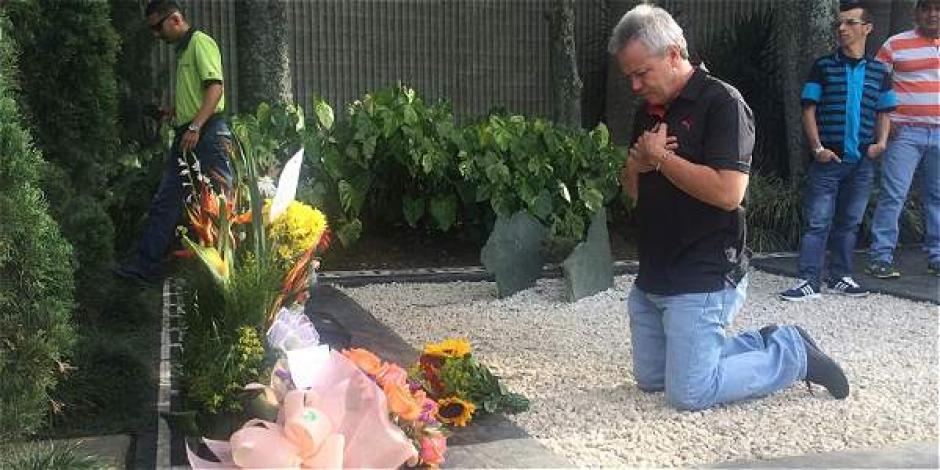 """Popeye"" ora frente a la tumba de Pablo Escobar. (Foto: AFP)"