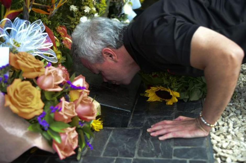 Jhon Jairo Velásquez, alias Popeye, besa la lápida de Pablo Escobar, quien fuera su patrón y amigo. (Foto: AFP)