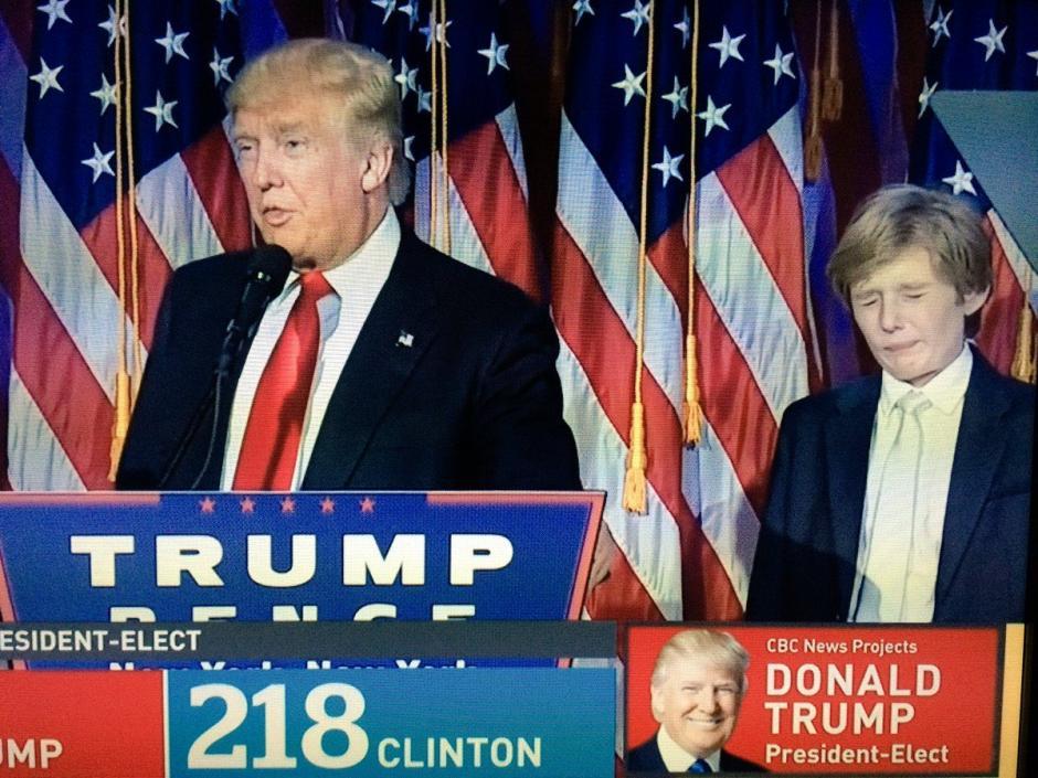 Barron, el hijo pequeño de Donald Trump, casi se duerme durante el discurso de su padre. (Foto: Twitter)