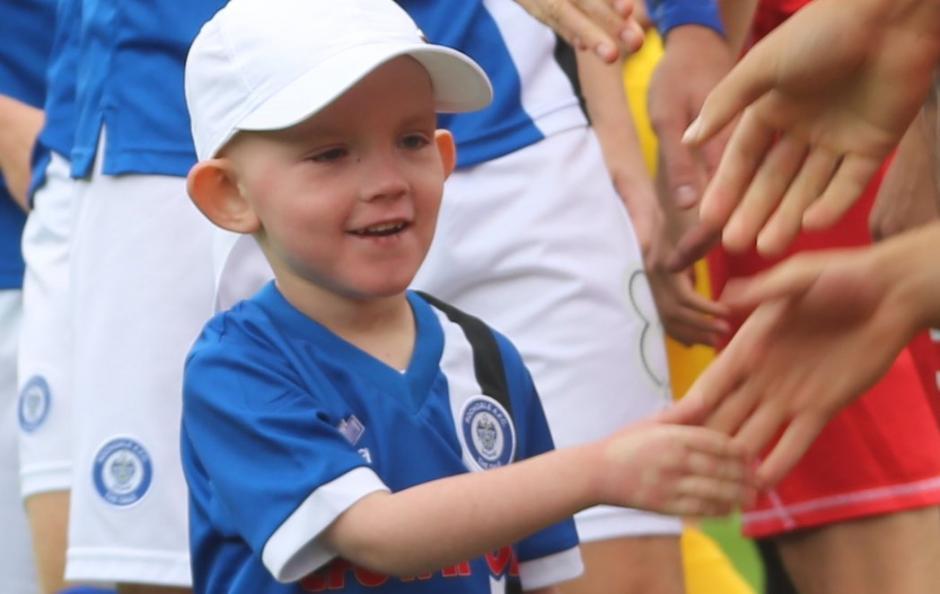Joshua y su familia son fieles seguidores del club Rochdale. (Foto: Twitter)