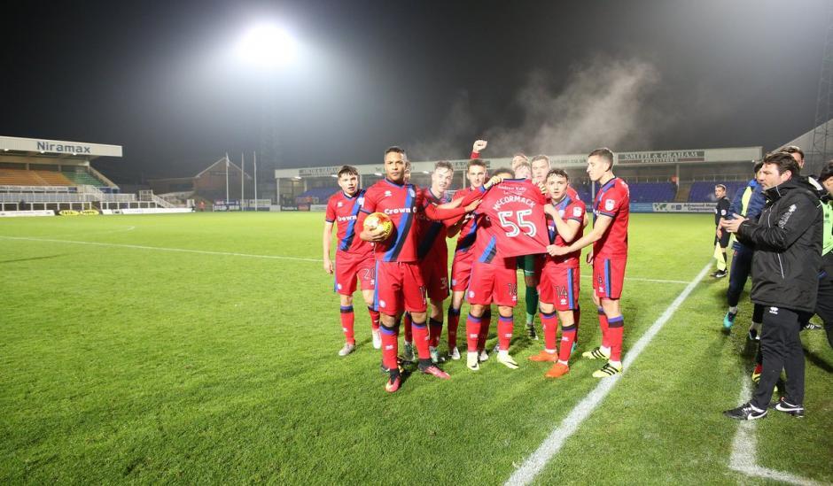 Los jugadores del Rochdale celebraron el triunfo con la camiseta 55 de Joshua. (Foto: Twitter)