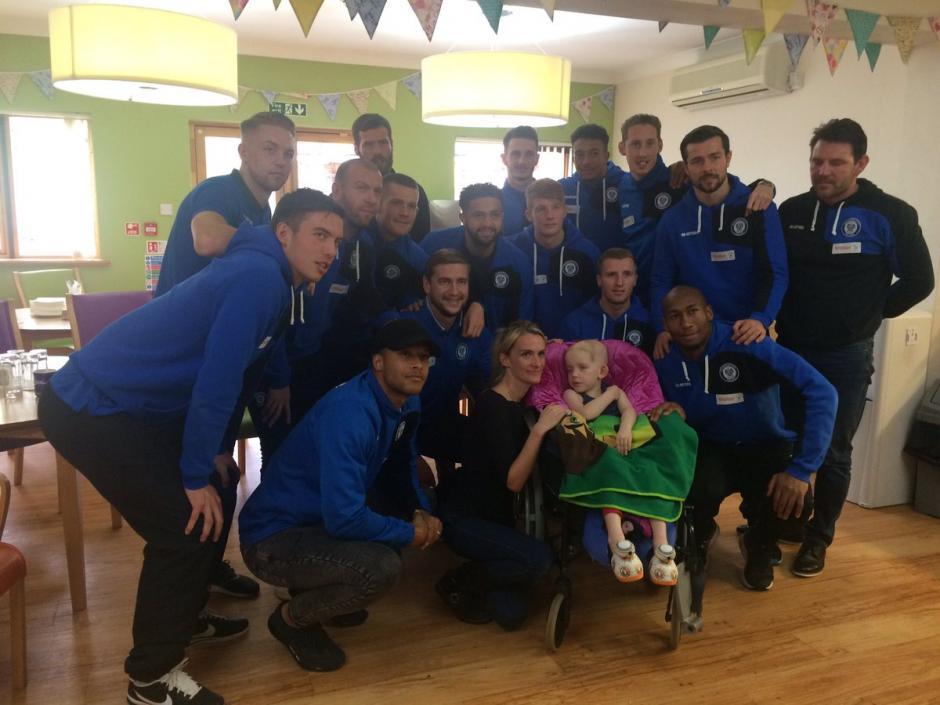 Los jugadores del club Rochdale visitaron a Joshua. (Foto: Twitter)