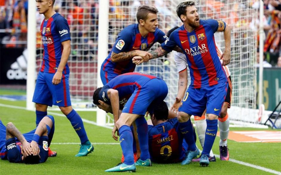 Messi reaccionó con gritos hacia quienes lanzaron objetos a la cancha en Mestalla. (Foto: Twitter)
