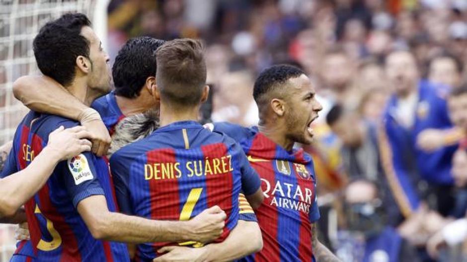Neymar increpó a la gente en Mestalla y luego recibió un botellazo en la cabeza. (Foto: Twitter)