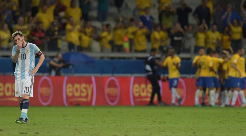 La soledad de Messi muestra lo partido que lució Argentina frente a Brasil. (Foto: Twitter)