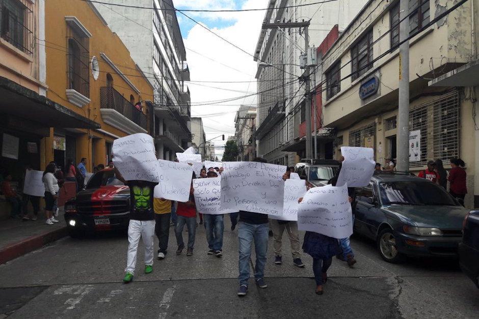 Los inconformes exigen que los dejen vender sobre la Sexta Avenida. (Foto: Javier Lainfiesta/Soy502)