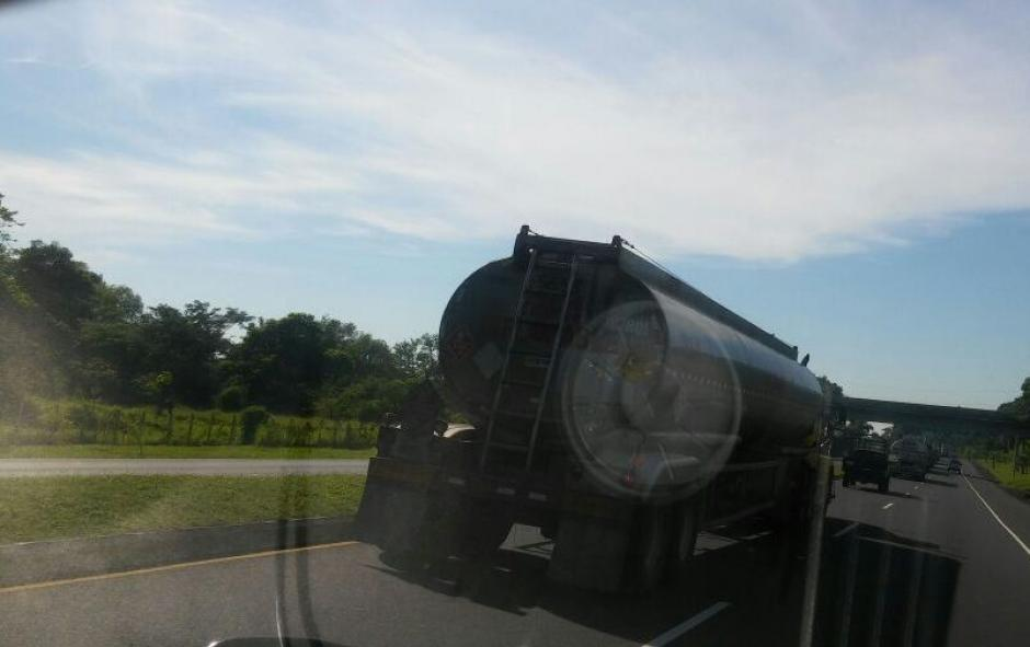 La PNC escolta pipas de gasolina y ha acompañado más de 2 mil contenedores con productos. (Foto: PNC)