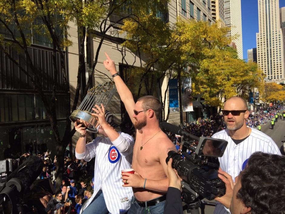 Los peloteros vivieron momentos únicos en el desfile del campeón. (Foto: Cubs)