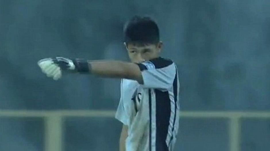 El portero de 16 años falló en una salida de manera muy extraña en un partido eliminatorio al mundial. (Foto: Captura de video)