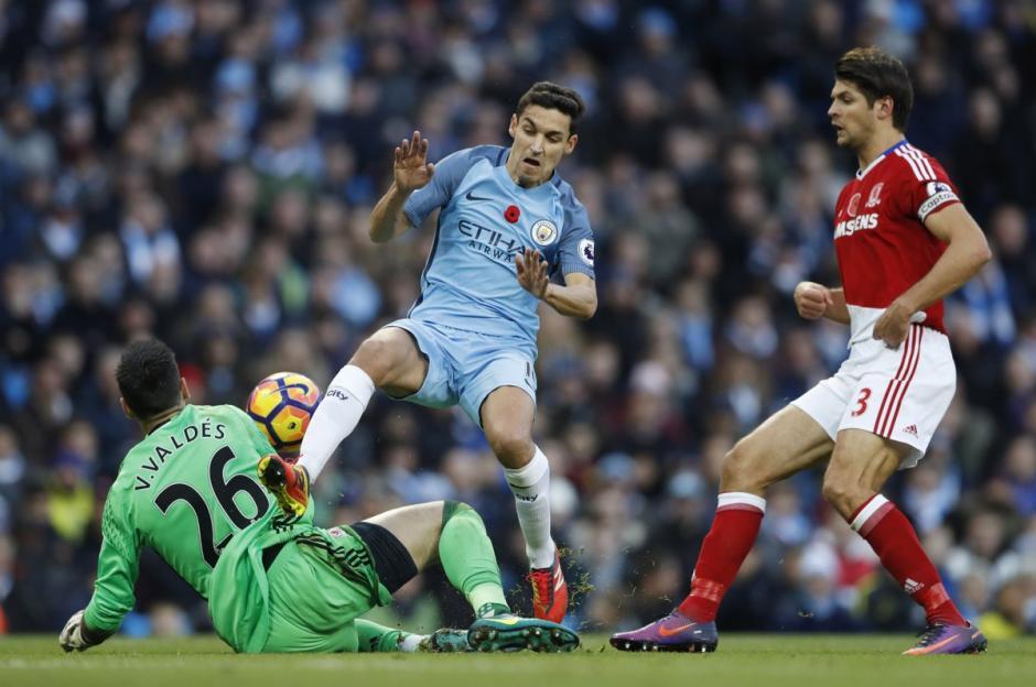Esta jugada terminó con el fuerte choque entre Valdés y Navas. (Foto: