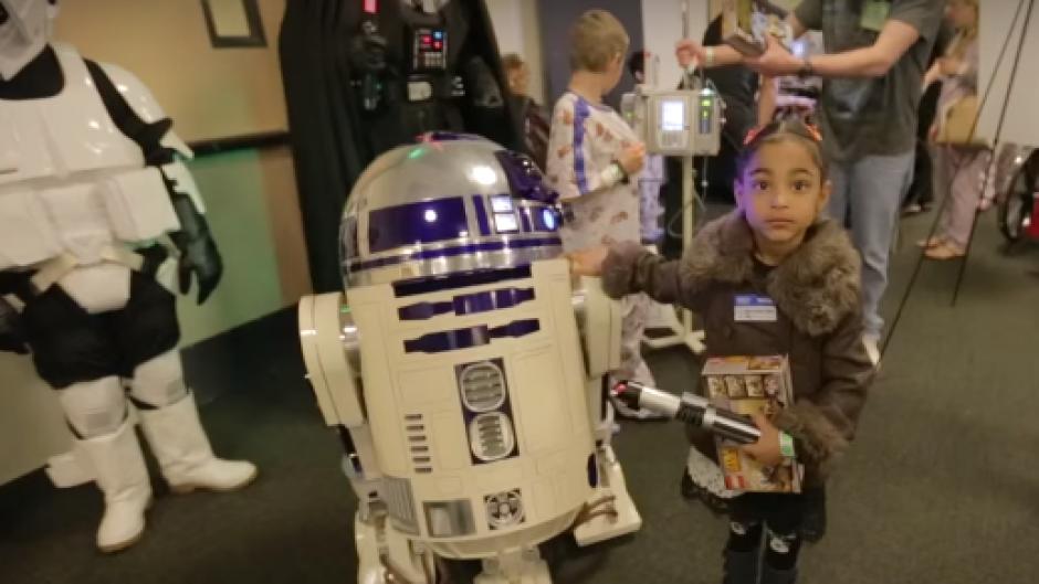 Los niños recibieron la visita y regalos de los personajes de Star Wars en un hospital de Los Ángeles. (Foto: hospital de Los Ángeles)