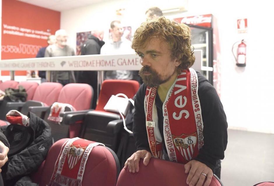 """""""Tyrion Lannister"""" de Juegos de Tronos observando el Sevilla-Barcelona. (Foto: Sevilla)"""