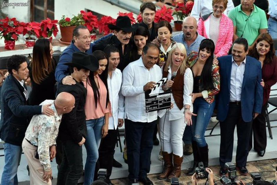 El elenco de la serie homenaje a Joan Sebastian, posa para los medios. (Foto: Televisa)