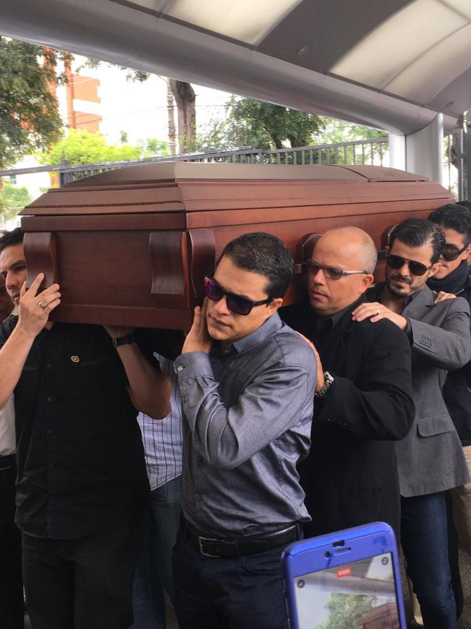 Familiares y amigos cargan el ataúd del exfutbolista Gabriel Badilla. (Foto: Twitter)