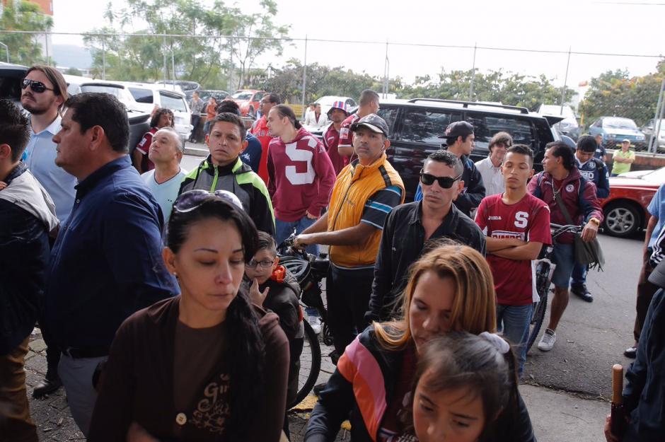 Cientos de personas despidieron a Gabriel Badilla, excapitán de Saprissa. (Foto: @PuroDeporteLN)