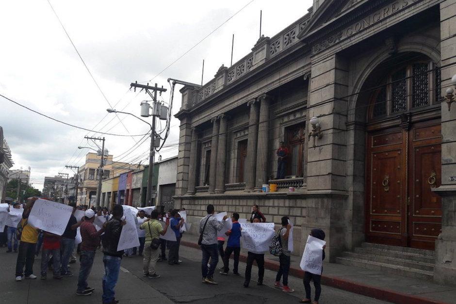 Los manifestantes se dirigieron al congreso donde concluyeron su marcha. (Foto: Javier Lainfiesta/Soy502)