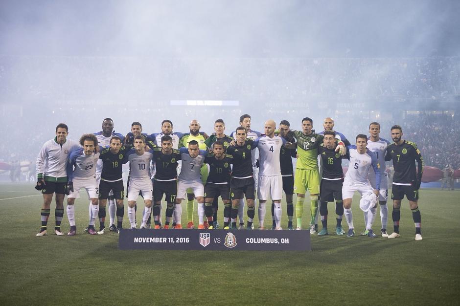 """Los jugadores de Estados Unidos y México posaron juntos en """"la foto por la paz"""". (Foto: Twitter)"""