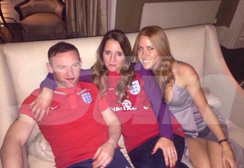 Rooney bebió toda la noche y posó con los invitados a la boda. (Foto: Twitter)