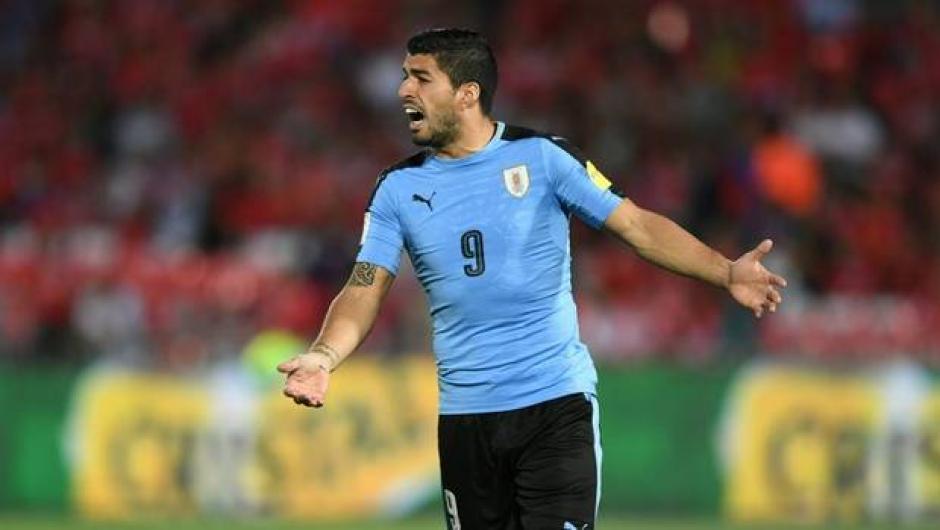 Luis Suárez pasó todo el partido discutiendo con todos y por todo. (Foto: Twitter)