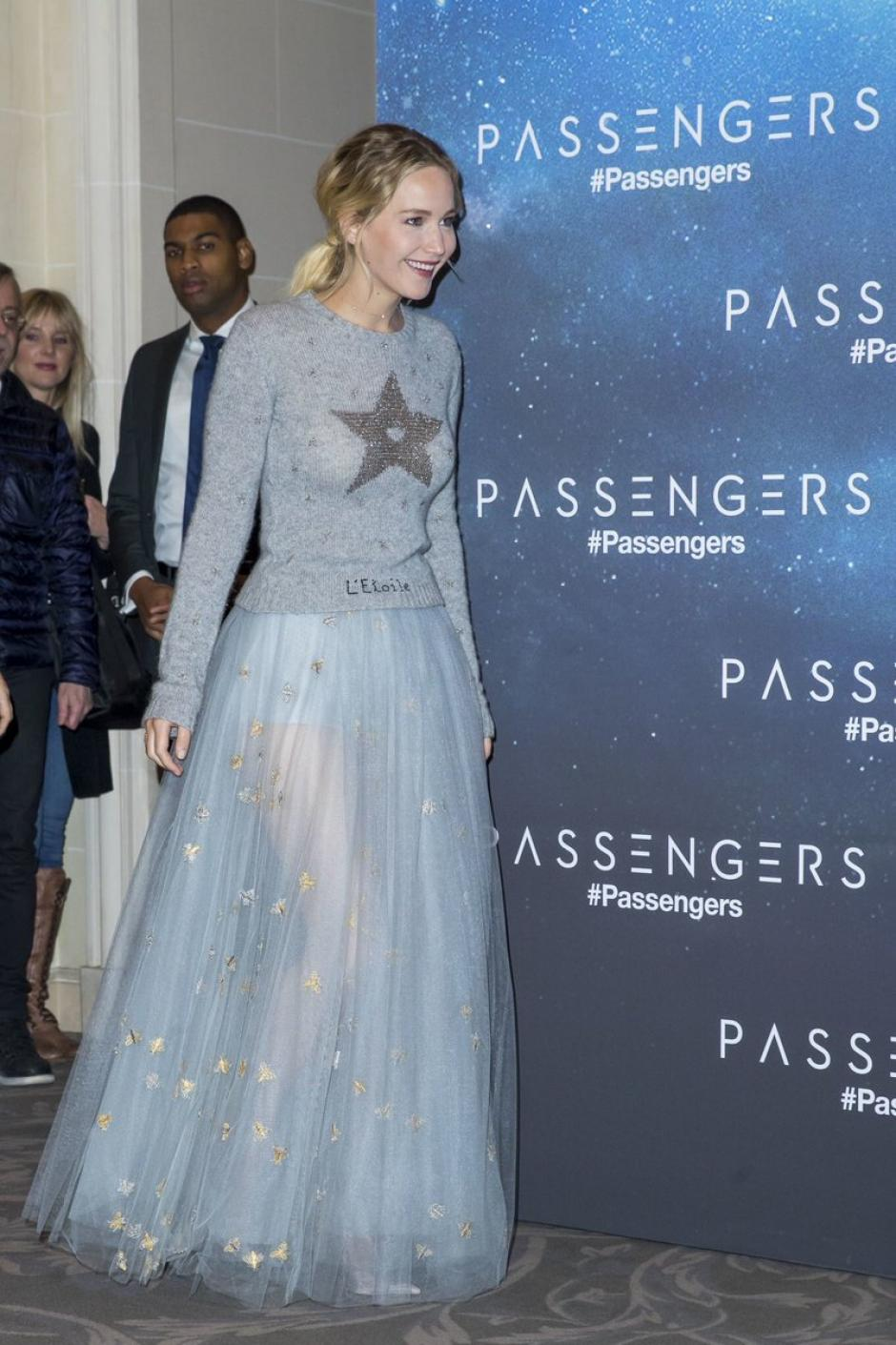 Con este atuendo llegó Jennifer Lawrence a la alfombra roja. (Foto: Twitter)