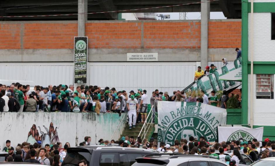 Desde temprano, los aficionados llegaron al estadio Arena Condá. (Foto: Twitter)