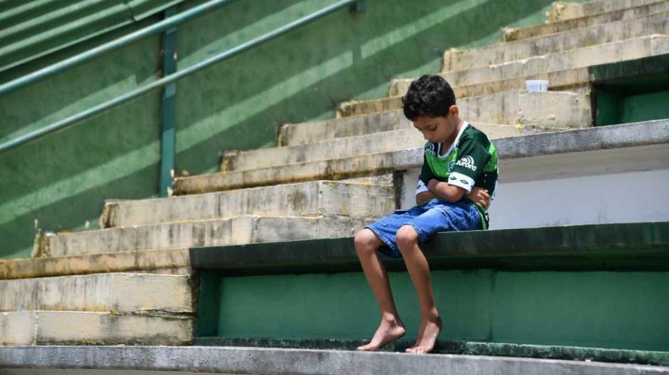 Un niño solitario en las gradas de la Arena Condá se volvió viral. (Foto: Twitter)