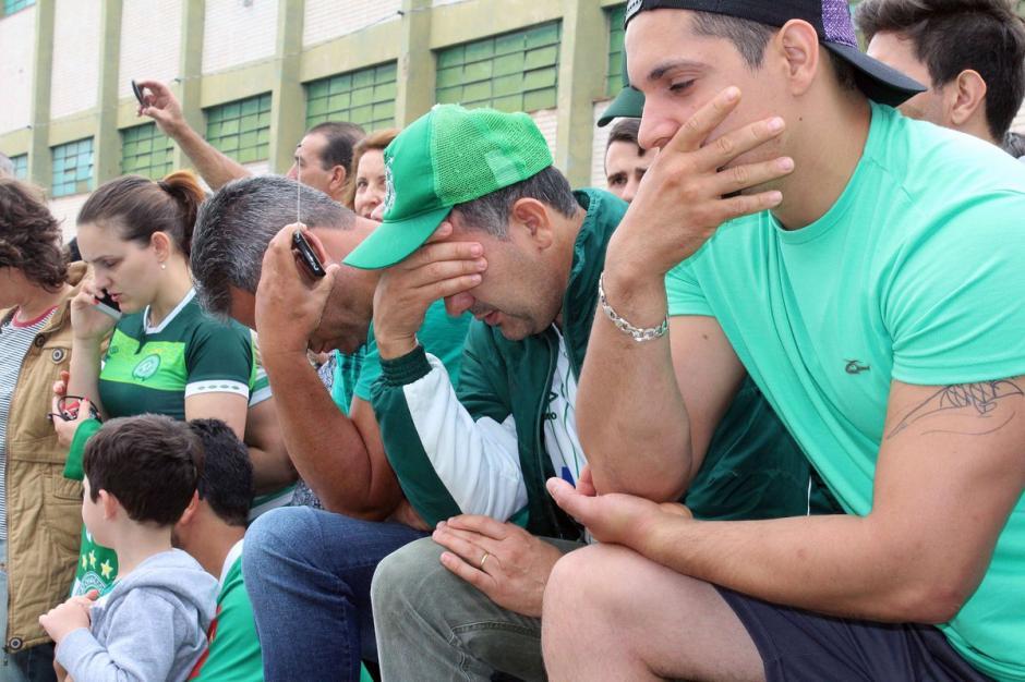 Los aficionados de Chapecoense lloran a sus muertos. (Foto: AFP)