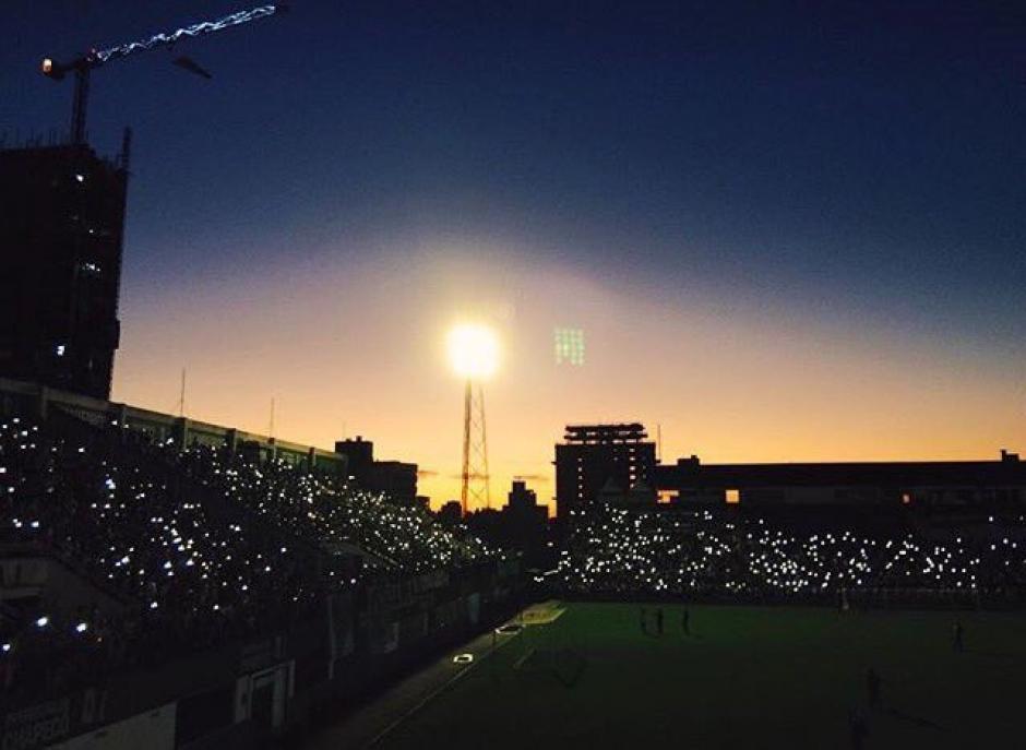 La Arena Condá recibió a miles de aficioandos que lloran a sus muertos. (Foto: Twitter)