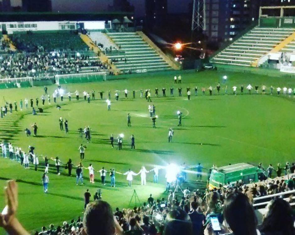 Los familiares de la víctimas hicieron un círculo en el campo para honrar a sus víctimas. (Foto: Twitter)