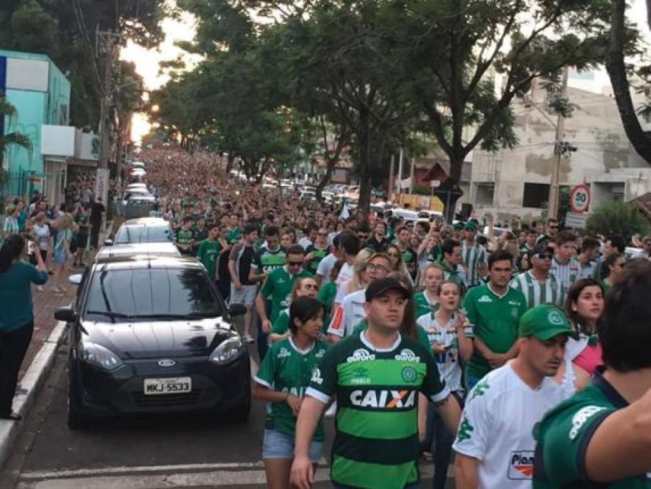 Miles de aficionados marcharon en las calles de Chapeco rumbo a la Arena Condá. (Foto: Twitter)