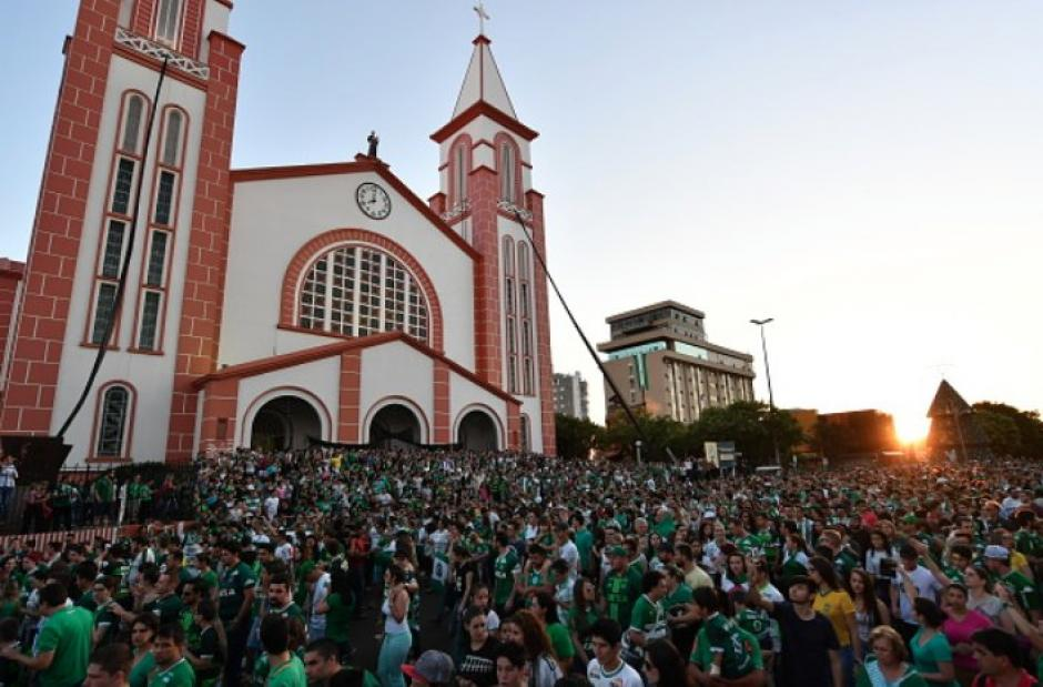 En los oficios religiosos del día, miles de aficionados asistieron con sus camisetas del Club Chapecoense. (Foto: Twitter)
