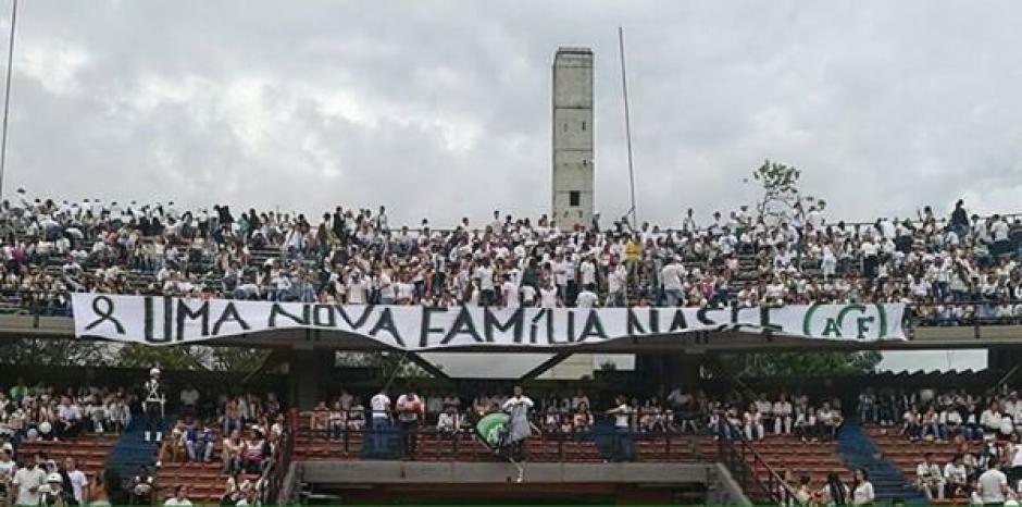 Las pancartas con mensajes de apoyo a las familias de la víctimas llenaron el estadio. (Foto: Twitter)