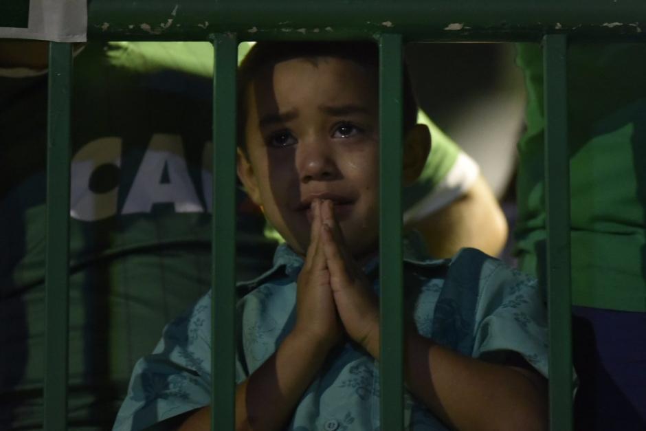 Un niño llora la partida de sus ídolos de Chapecoense. (Foto: Twitter)