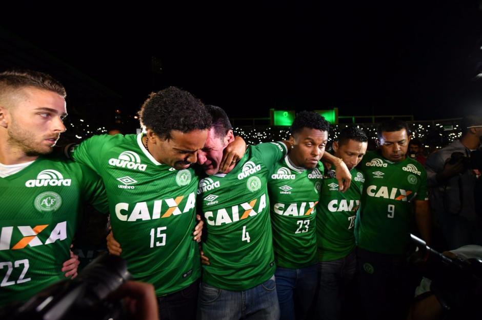 Los jugadores que no viajaron a Medellín en el avión siniestrado también lloraron a sus compañeros fallecidos. (Foto: Twitter)