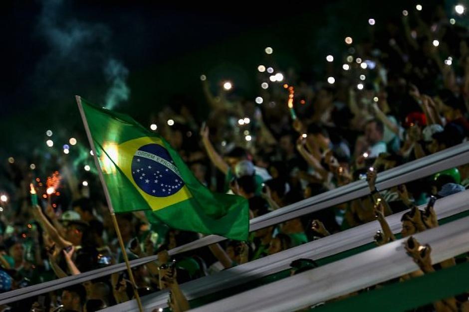 Banderas de Brasil y mucho sentimiento en las gradas del Atanasio Girardot. (Foto: Twitter)