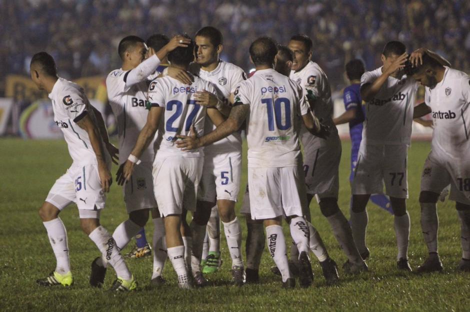 Los albos celebraron el triunfo en el estadio Verapaz.  (Foto: Twitter@CremasOficial)