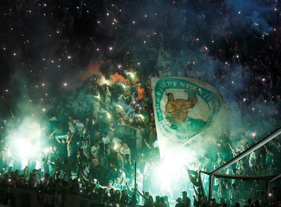 Las luces de bengala no podían faltar para homenajear a los jugadores de Chapecoense. (Foto: Twitter)