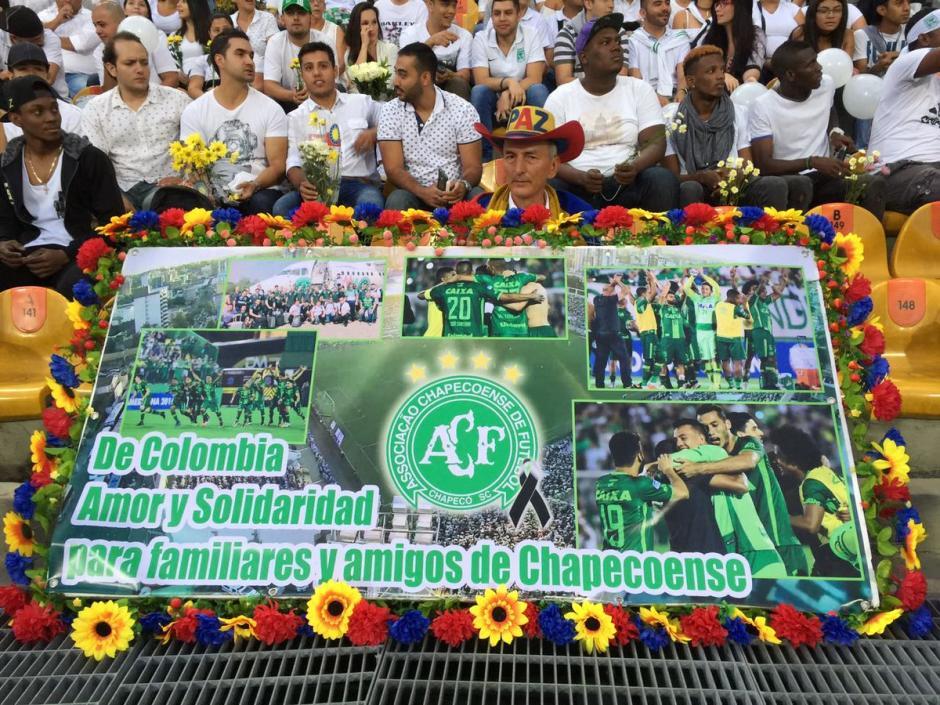 Los pequeños detalles de los aficionados de Atlético Nacional en honor a Chapecó. (Foto: Twitter)