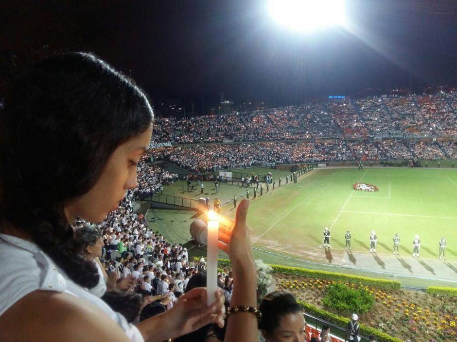Hubo lágrimas, velas y mucho dolor en el homenaje a Chapecoense. (Foto: Twitter)