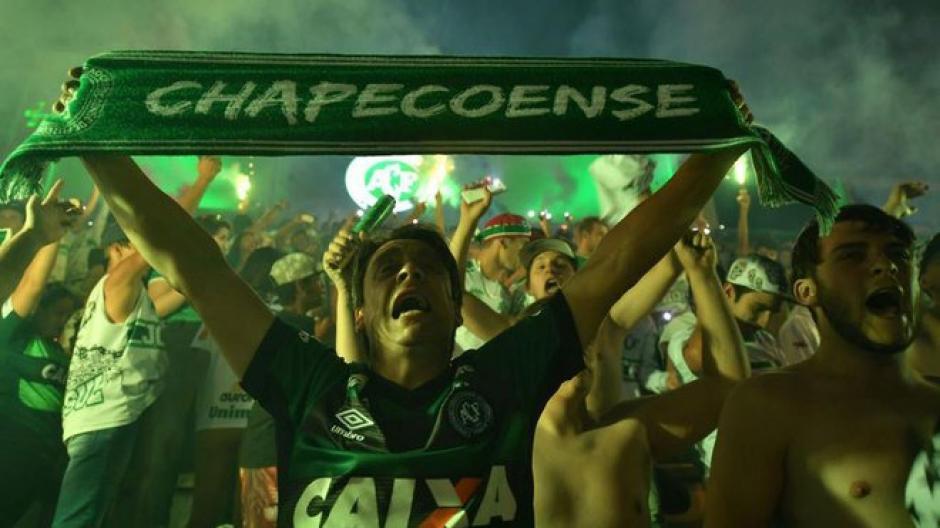 La afición de Chapecoense prepara un recibimiento a sus víctimas. (Foto: Twitter)