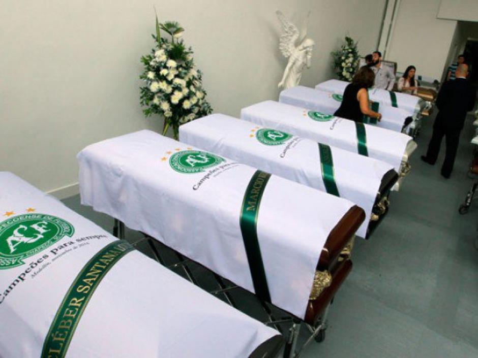 Los féretros de los 71 fallecidos de Chapecoense antes de volver a Brasil. (Foto: Twitter)