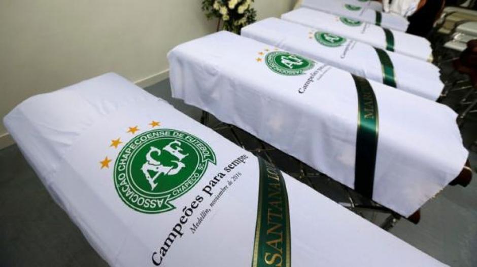 Cubiertos con la bandera de Chapecoense llegarán a Brasil las 71 víctimas. (Foto: Twitter)