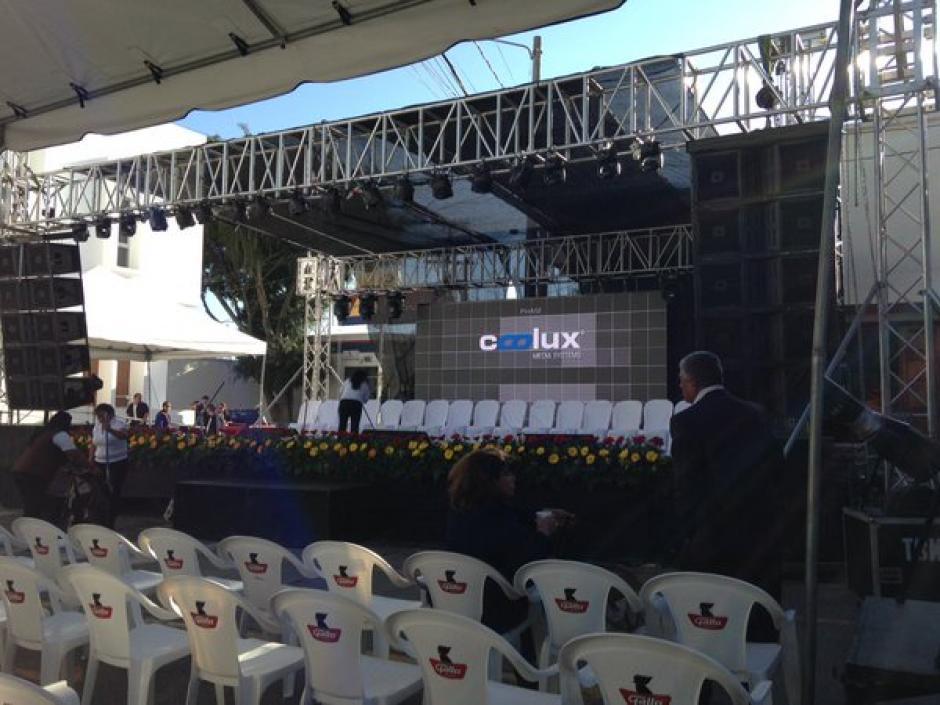 El escenario en el que se realizará el traspaso de mando ya se encuentra preparado. (Foto Fredy Hernández/Soy502)
